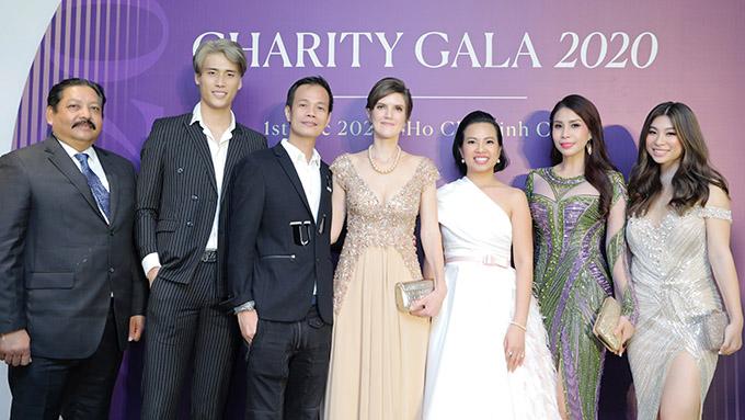 Nhà thiết kế biệt danh ông hoàng váy dạ hội - Hoàng Hải (thứ ba từ trái qua) - hạnh phúc khi được nhiều người tin tưởng lựa chọn trang phục của anh để toả sáng ở các sự kiện trọng đại, ý nghĩa.