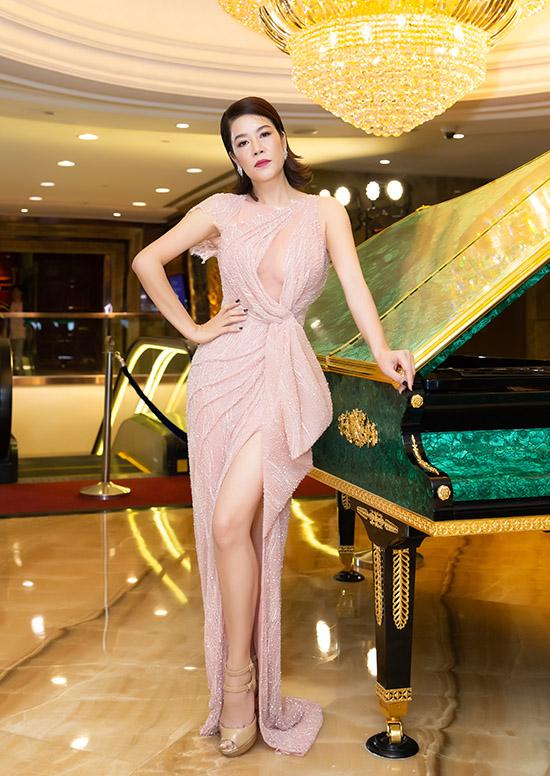 Ca sĩ Thu Phương khoe vóc dáng mảnh mai, gợi cảm với váy cắt xẻ táo bạo của Hoàng Hải.