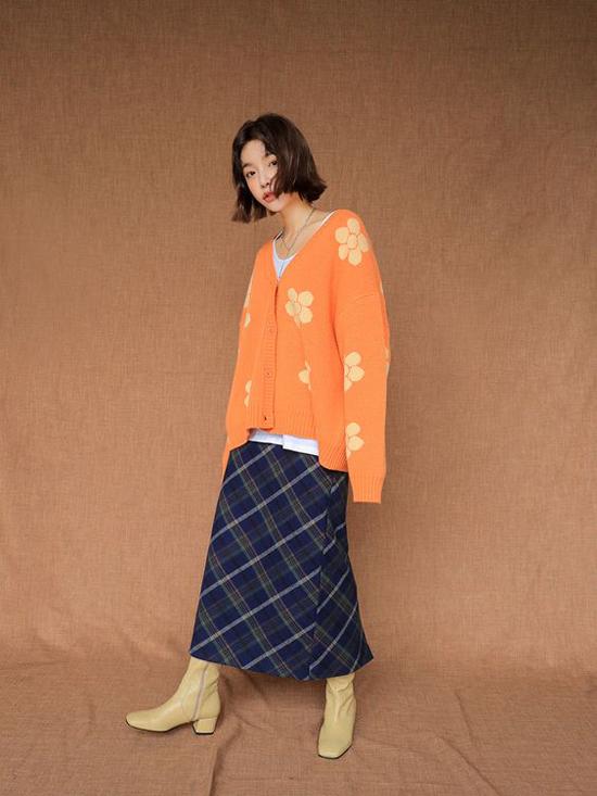 Áo khoác len kết hợp tông màu nổi bật cùng họa tiết điệu đà cho các bạn gái chuộng dòng thời trang hoài cổ.