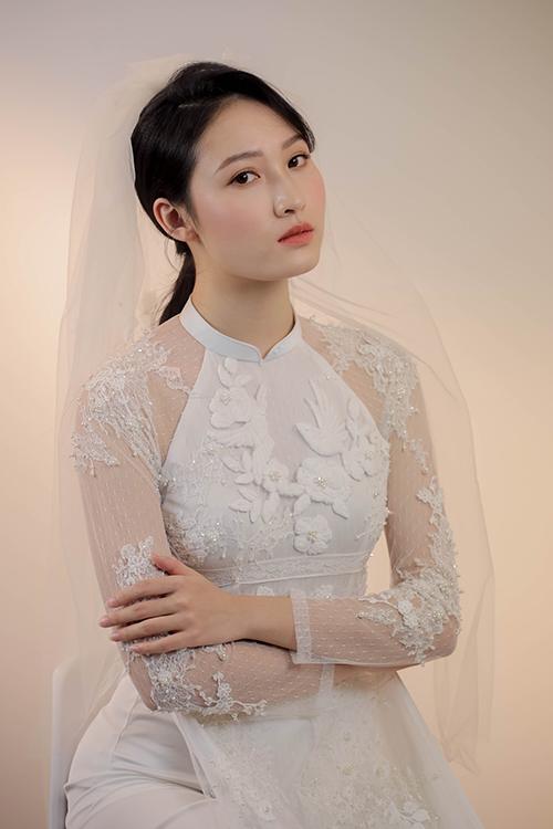 NTK cho rằng hai gam màu kinh điển cho cô dâu ngày cưới chính là đỏ và trắng - luôn tạo sự nổi bật. Phần tay áo dài xuyên thấu, đắp ren khiến nàng thêm gợi cảm.