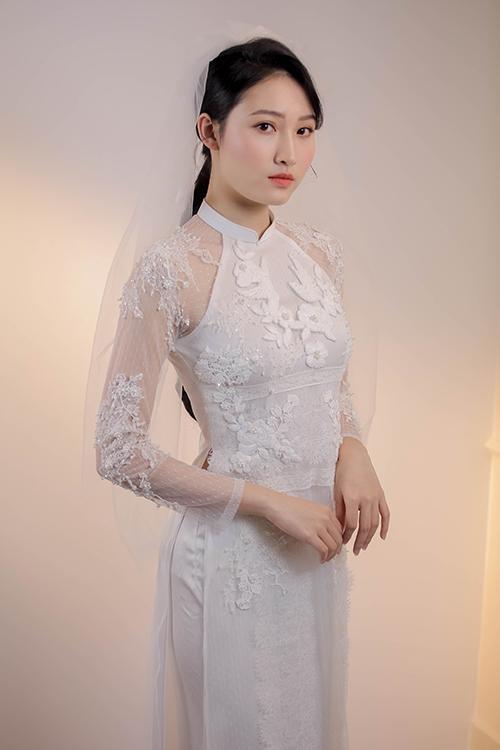 Còn hoạ tiết hoa thêu tay trải dài trên thân giúp tạo điểm nhấn. Dương Nguyễn cũng chọn phom dáng ôm hiện đại thay vì kiểu áo dài thụng truyền thống để tôn đường cong gợi cảm của cô dâu ngày cưới.