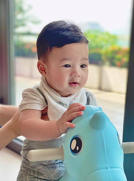 Con trai Đặng Thu Thảo giống hệt bà nội - 4