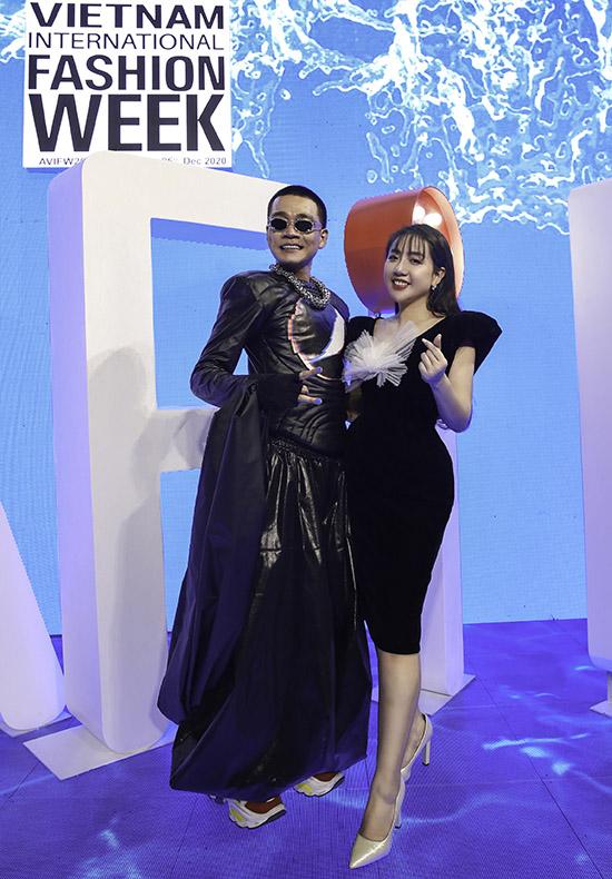 Wowy và nhà thiết kế Phạm Đăng Anh Thư lần đầu kết hợp vào tháng 10, trong một triển lãm cưới. Ca khúc Thiên đàng cả hai hoà giọng song ca được đông đảo khán giả ủng hộ, khen ngợi. Hai nghệ sĩ hào hứng khi được mời tham dự, biểu diễn tại đêm thứ hai của Tuần lễ Thời trang Việt Nam Quốc tế 2020.