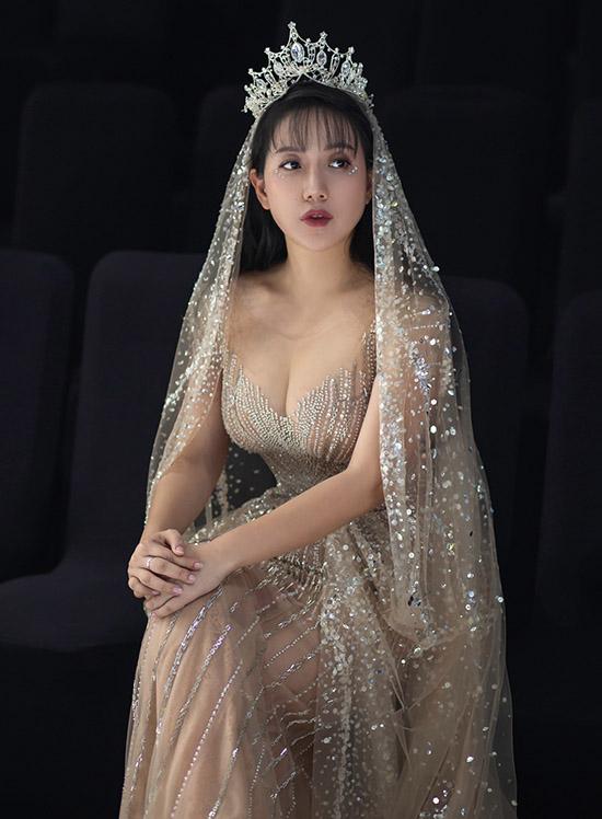 Phạm Đăng Anh Thư thay trang phục, hoá nàng công chúa xinh đẹp diễn mở màn tiết mục giới thiệu sưu tập của nhà thiết kế Nguyễn Tiến Truyển.