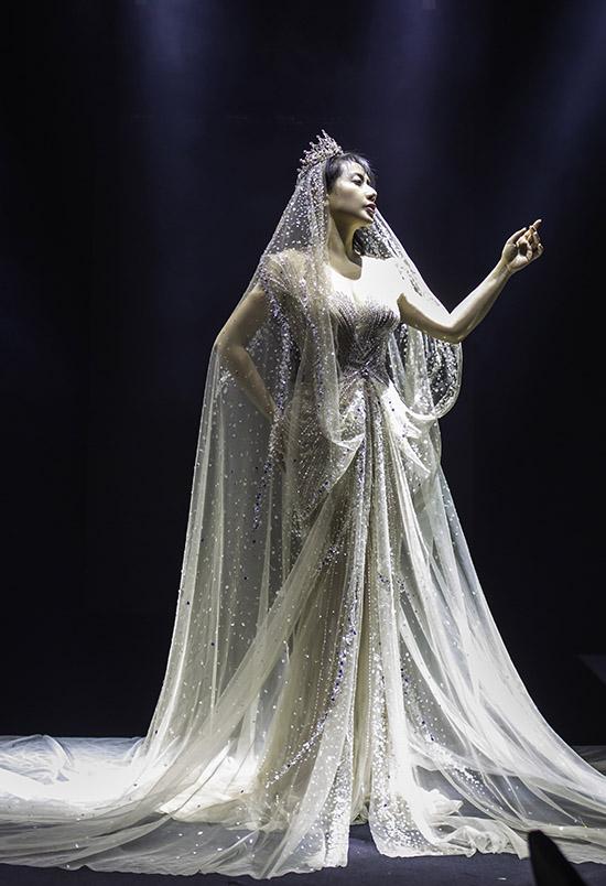 Ca khúc Cứu công chúa do Wowy sáng tác là một thách thức cho Phạm Đăng Anh Thư bởi cô phải thể hiện được sự mạnh mẽ, nội lực thực sự trong giọng hát.