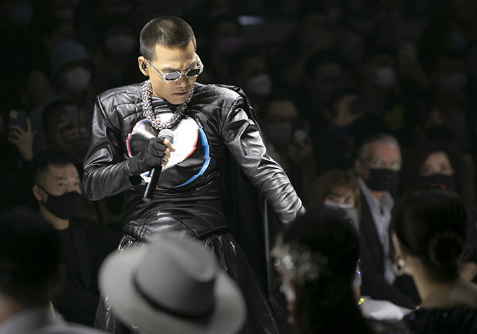 Wowy sắm vai hiệp sĩ với trang phục đen tới giải cứu Phạm Đăng Anh Thư trên sàn diễn. Chàng rapper tiết lộ anh sáng tác bài Cứu công chúa từ gần 10 năm trước nhưng bây giờ mới có dịp thể hiện.