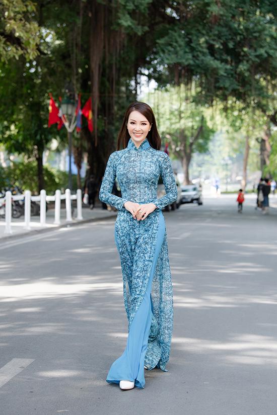 Thuỵ Vân gây chú ý khi xuất hiện tại khu vực vườn hoa Lý Thái Tổ (Hà Nội) với bộ áo dài nhạt màu thướt tha của NTK Vũ Thu Trang bất chấp cái lạnh đầu mùa.