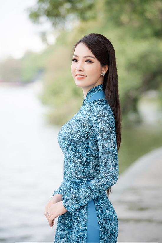 Cô tranh thủ tạo dáng bên Bờ Hồ, lưu giữ hình ảnh Hà Nội những ngày đẹp nhất với thời tiết se lạnh, nắng vàng rực rỡ.