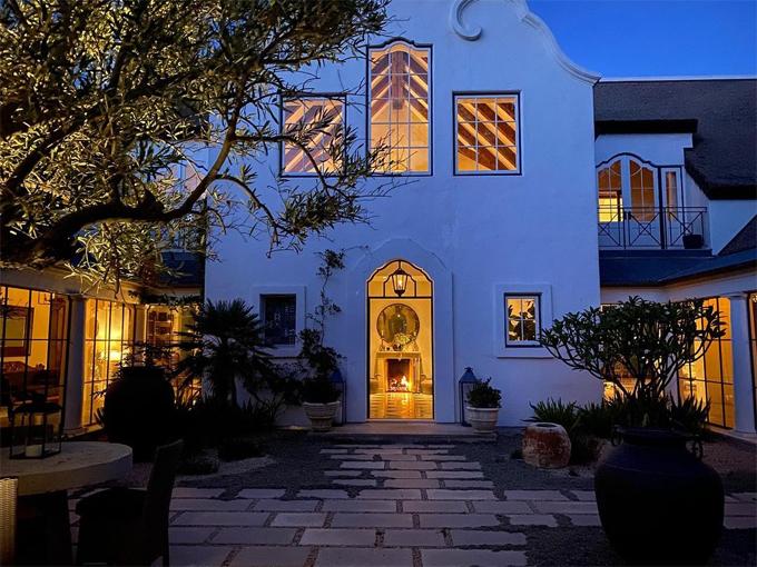 Ellen DeGeneres mua lại bất động sản này từ danh hài kiêm nhà bình luận chính trị Dennis Miller và vợ ông là cựu người mẫu Carolyn Espley - Miller. Biệt thự rộng hơn 4 mẫu Anh có giá cao ngất ngưởng 49 triệu USD (1.133 tỷ đồng).