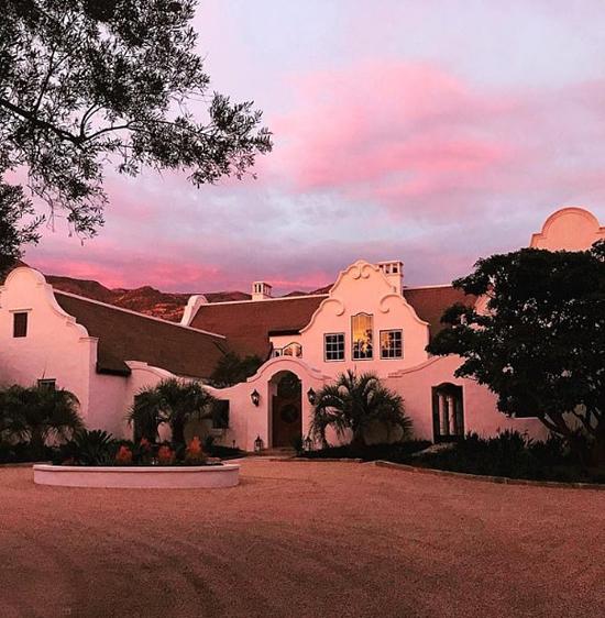 Ngôi nhà mới của Ellen được xây theo kiến trúc Hà Lan ở Tây Cape, Nam Phi với đầu hồi lớn, họa tiết trang trí nổi bật.