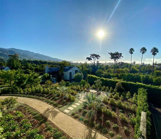 Ellen sẽ được thừa hưởng vườn rau hữu cơ và vườn cây ăn quả tươi tốt. Nữ MC ký hợp đồng mua nhà từ cuối tháng 9 nhưng hiện vẫn chưa chuyển đến đây mà để gia đình Carolyn Espley-Miller sống thêm một thời gian nữa.