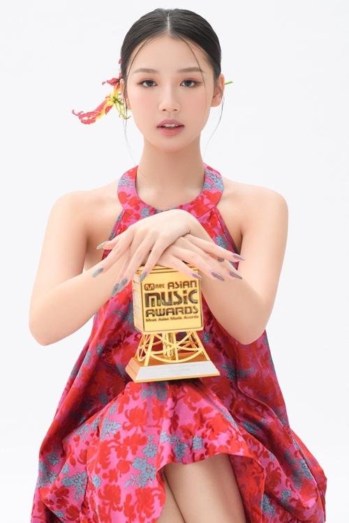 Ca sĩ Amee tạo dáng bên chiếc cúp giải thưởng MAMA.