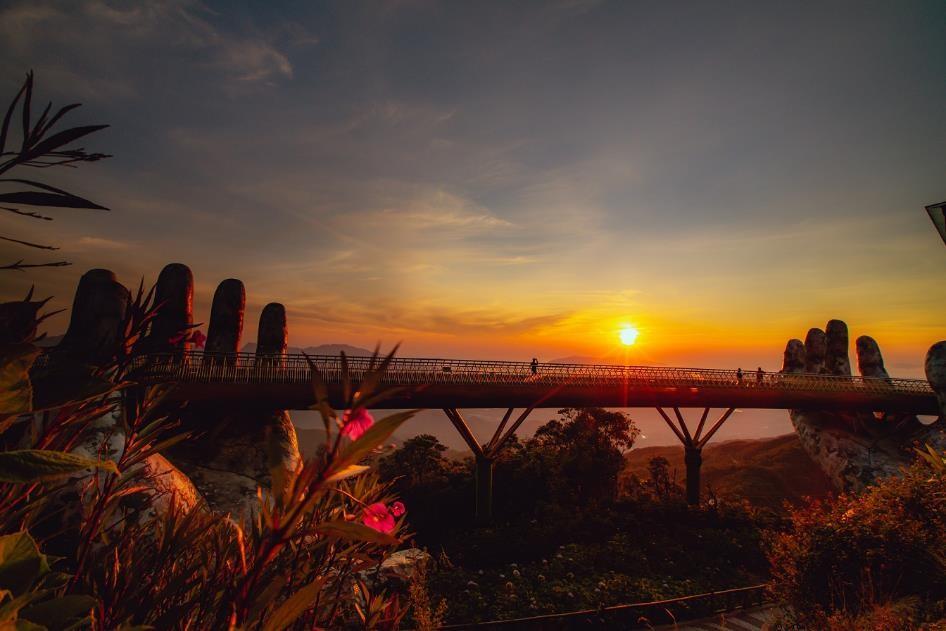 Ghi dấu ấn như một điểm nhấn ấn tượng của du lịch Đà Nẵng, Cầu Vàng trở thành biểu tượng mới của thủ phủ du lịch miền Trung và có những đóng góp không nhỏ trong việc đưa hình ảnh một Đà Nẵng mới đến với năm châu.