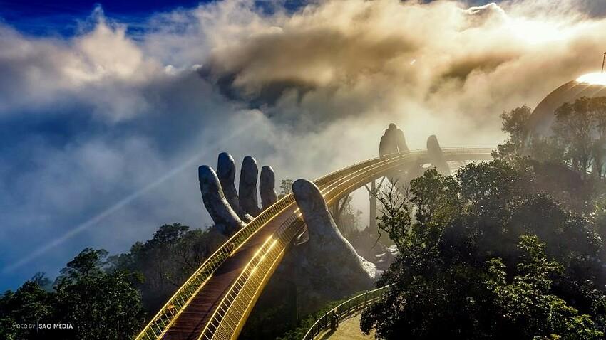 Ngay cả khi mây giông kéo tới, cây cầu cũng mang một khung cảnh ấn tượng, kỳ bí như trong những thước phim thần thoại.