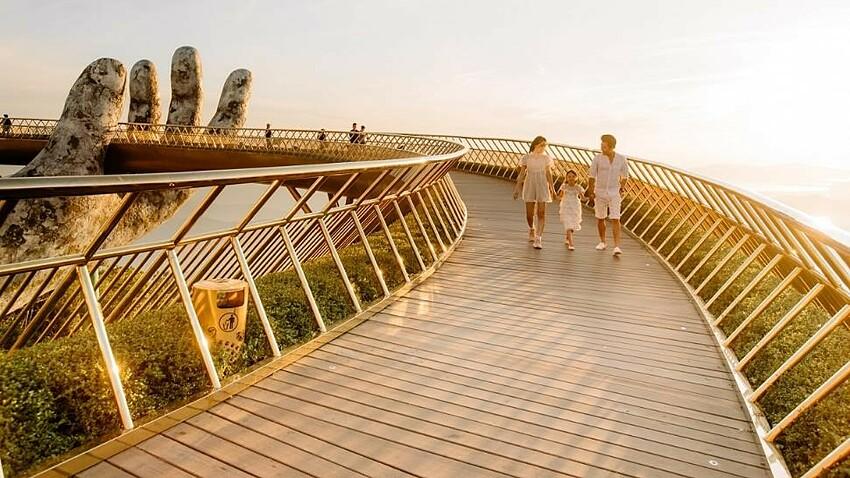 Vẻ đẹp trong mọi khoảnh khắc thời gian đã đưa cây cầu nằm trên độ cao 1400m so với mực nước biển trở thành nguồn cảm hứng sáng tạo vô tận cho các nghệ sỹ, nhà thiết kế thời trang. Sau show thời trang Dạo bước trên mây của Long Kan...,