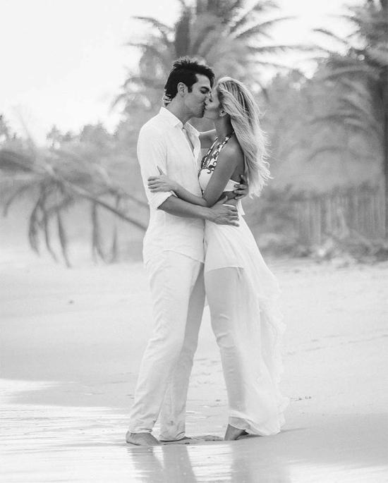 Hôm 30/11, bà mẹ một con Carolina Dias chia sẻ loạt ảnh ghi dấu những kỷ niệm một năm bên nhau nhân kỷ niệm ngày cưới. Một năm từ ngày em hứa sẽ khiến anh hạnh phúc suốt cuộc đời. Hạnh phúc không có nghĩa là có một cuộc sống hoàn hảo, một cuộc hôn nhân hoàn hảo. Hạnh phúc là biết rằng chúng ta cũng không hoàn hảo nhưng chấp nhận những khiếm khuyết của nhau, hoàn thiện mỗi ngày. Hôm nay, đôi ta mừng một năm ngày cưới, 4 năm bên nhau và đã có trái ngọt của tình yêu. Em yêu anh vô cùng, tình yêu của em, một năm và thêm nhiều năm nữa, vợ Kaka tâm sự.
