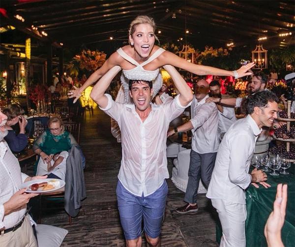 Trong khi đó Kaka đăng bức ảnh hài hước anh đội vợ lên đầu và Carolina dang tay giả vờ làm máy bay. Một năm từ cái ngày không thể quên ấy. Thực sự là một đặc ân khi xây dựng một gia đình bên em, tiền vệ một thời viết.