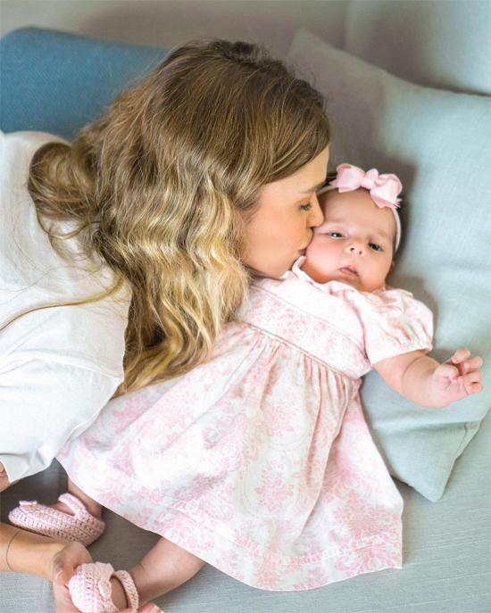 Vợ Kaka thể hiện là một bà mẹ cuồng con khi ngày nào cũng chia sẻ ảnh của cô bé. Con gái cựu sao Milan được mẹ mặc váy xinh làm điệu bằng băng đô, giày cùng màu.
