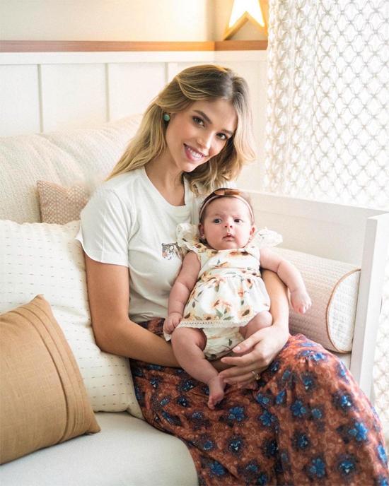 Người đẹp Carolina Dias nhanh về lại dáng sau khi sinh bé Esther và bắt đầu trở lại với công việc làm mẫu.