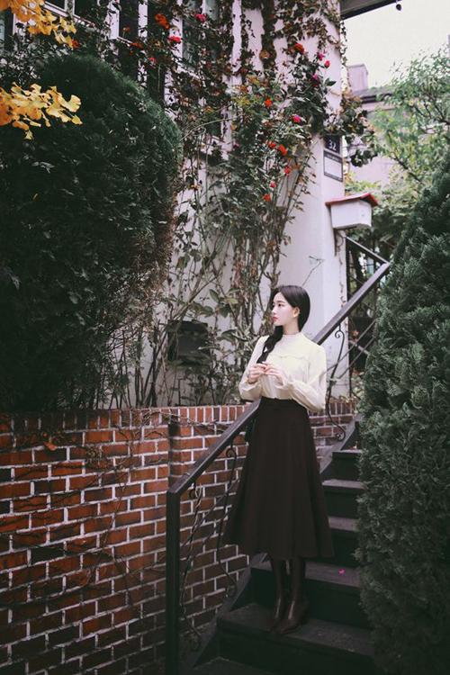 Những mẫu áo blouse của mùa thu vẫn có thể tận dụng trong những ngày se lạnh khi được phối cùng chân váy midi vải dạ và bốt ca cổ trên chất liệu da.