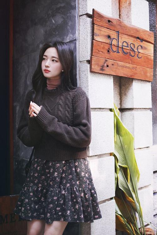 Nếu vẫn còn tiếc nuối các mẫu váy hoa mùa hè thì các nàng công sở có thể mix chúng cùng áo cổ lọ giữ nhiệt, áo len vặn thừng để tạo nên set đồ hợp mùa.
