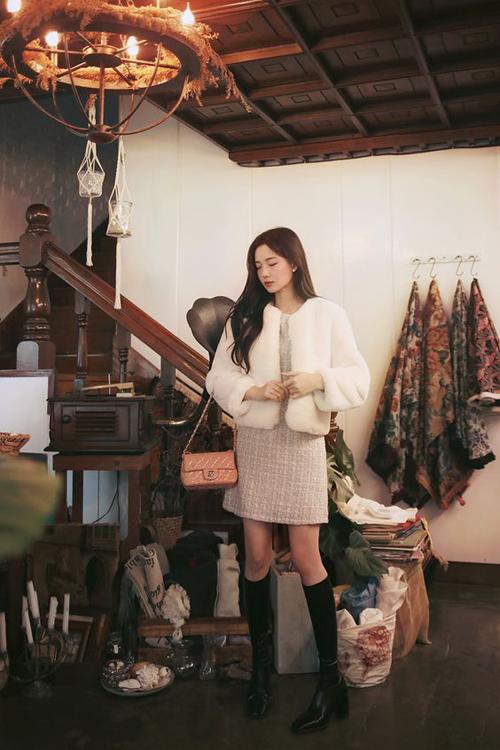 Phong cách thanh lịch cho bạn gái văn phòng với cách mix váy liền thân vải tweed đi cùng áo lông trắng. Set đồ này cũng có thế sử dụng để tham gia những buổi tiệc nhẹ.