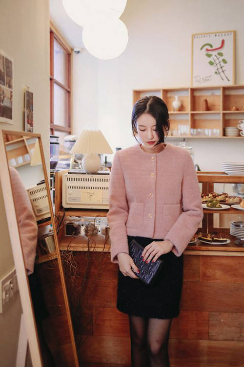 Áo khoác cổ trụ tông hồng cam dịu mắt phù hợp với những nàng công sở yêu dòng thời trang cổ điển. Mẫu áo khoác này có thể mix cùng các kiểu chân váy ngắn vải tweed dầy dặn đi kèm quần tất để giữ ấm hiệu quả.