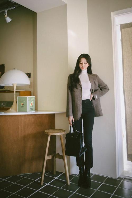 Blazer cho mùa lạnh thường được thiết kế trên các chất liệu vải bố dày, vải dạ để mang lại sự ấm áp cho người mặc. Kết hợp cùng các mẫu áo thanh lịch là áo dệt kim kiểu cổ lọ, quần jeans tôn chân thon.
