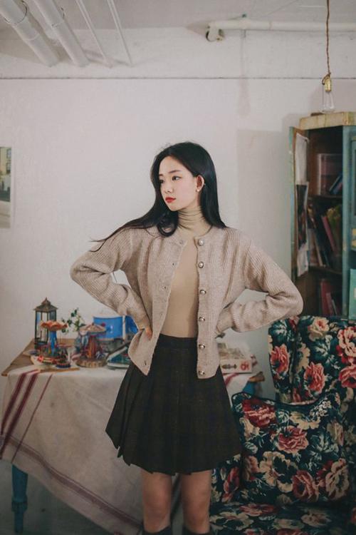 Cardigan trên các chất liệu vải len, vải dệt kim là trang phục tiện dụng và được các nàng mê phong cách vintage ưa chuộng.