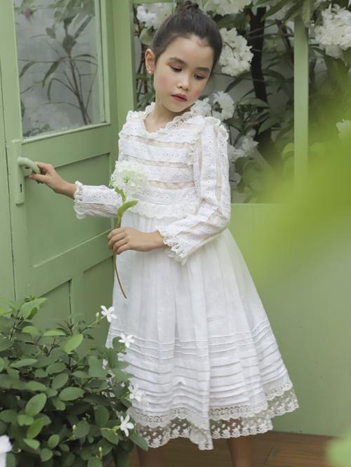 Mẫu nhí Michelle Allana Nguyễn năm nay 8 tuổi, em có bố người Scotland, mẹ là người Việt. Hiện cô bé đang theo học trường quốc tế European International School tại TP HCM.