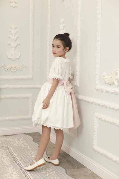 Những mẫu váy tay bồng, xép bèo nhún, trang trí nơ, tạo khối phồng luôn được các cô bé yêu thích. Bởi nó giúp các bé gái trở thành công chúa nhỏ xinh đẹp và đáng yêu.