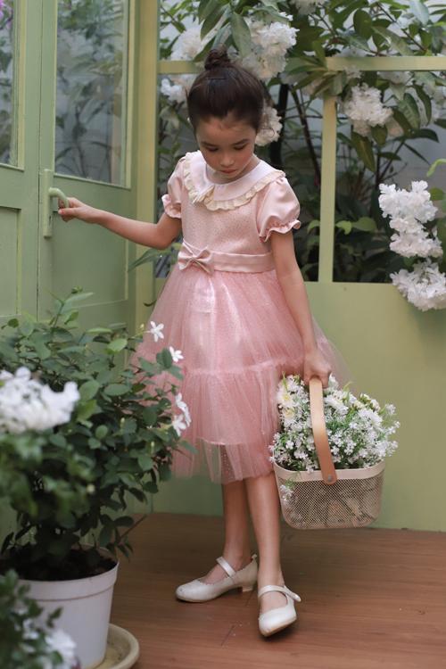 Váy voan lưới tông hồng ngọt ngào được trang trí bơ bướm và vải ánh kim giúp các công chúa nhỏ nổi bật trong mùa lễ hội cuối năm.
