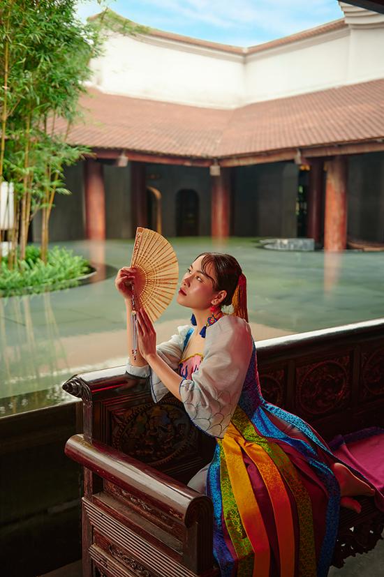 Để làm nổi bật vẻ đẹp của trang phục, hoa hậu Tuyết Nga phối thêm các phụ kiện đồng điệu như khuyên tai, mấn đội đầu, quạt...