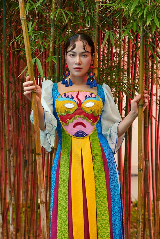 Hình ảnh và màu sắc đặc trưng của những chiếc mặt nạ tuồng được nhà thiết kế ứng dụng vào áo dài cách tân. Tuồng còn có tên gọi khác là hát bội hay hát bộ. Năm 2014, hát bội Bình Định được công nhận là Di sản văn hóa phi vật thể quốc gia.