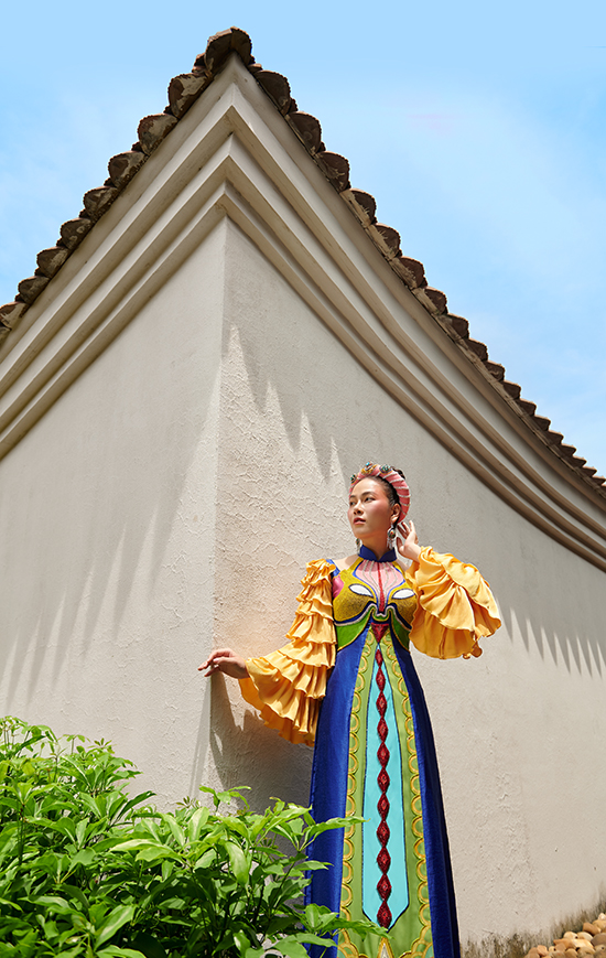 Những màu sắc rực rỡ được phối khéo léo, không làm rối mắt mà tạo nên tổng thể hài hòa trên mỗi tà áo dài. Mỗi thiết kế được dựa trên một mẫu mặt tạ tuồng.