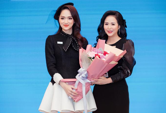 Hương Giang chúc mừng một nhân sự cùng công ty vừa nhận chức Giám đốc đối ngoại và đào tạo của tập đoàn.