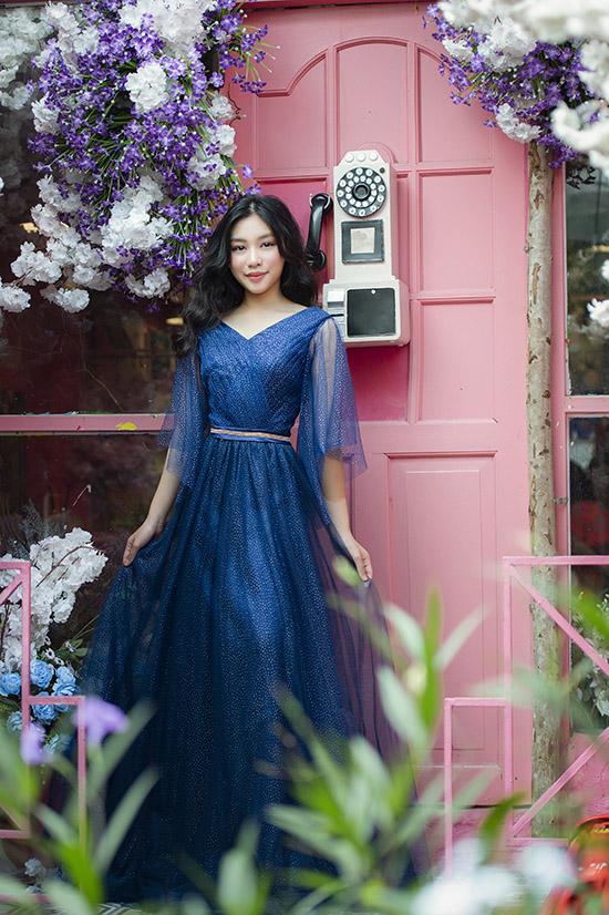 Ở tuổi 12 Khánh Ngọc ra dáng thiếu nữ khi diện váy dạ hội, làm mẫu ảnh.