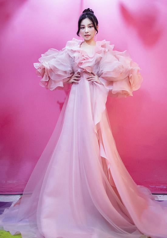 Mẫu nhí tự tin mặc thiết kế phong cách công chúa của Lý Quí Khánh. Ngày 3/1 tới Khánh Ngọc sẽ diễn show thời trang Queen & Princess chủ đề Biển cả và rừng xanh cùng Hoa hậu Hoàn vũ Việt Nam Khánh Vân.