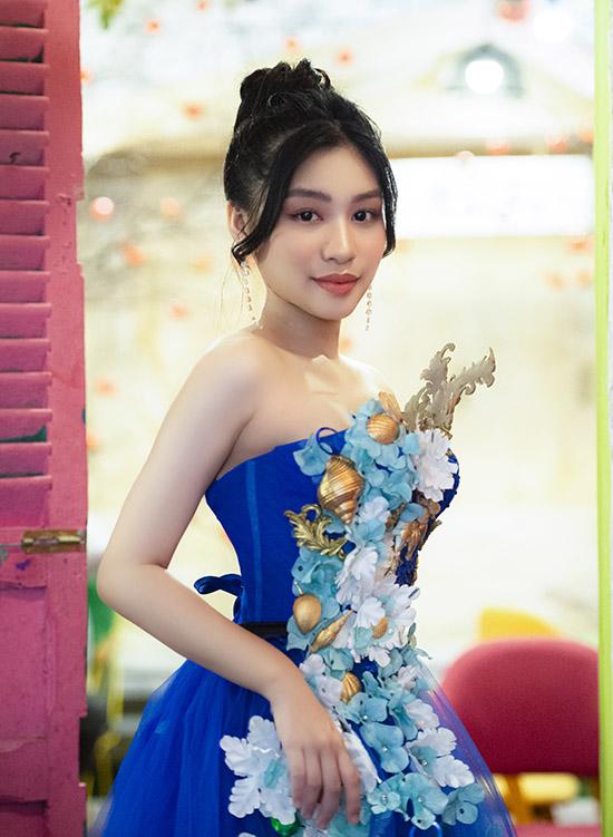 Khánh Ngọc khoe nhan sắc với váy dạ hội đính hoạ tiết nổi cầu kỳ.