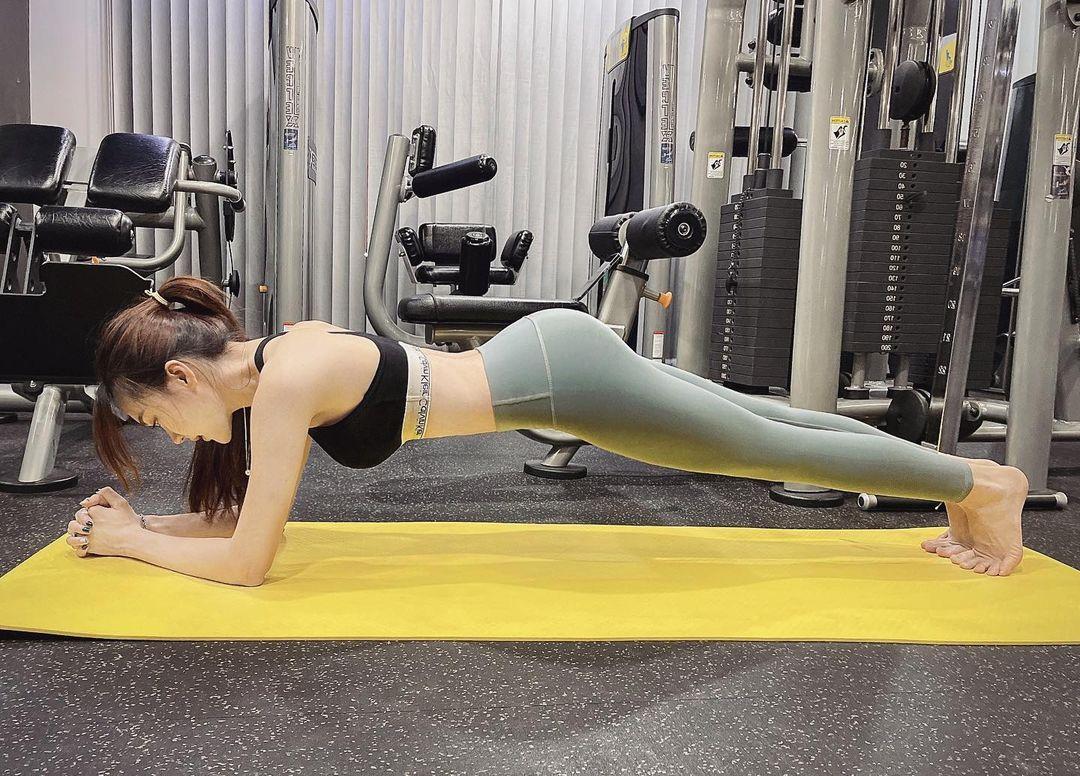 Ngọc Nữ tích cực thực hiện động tác plank, tăng cường sức mạnh vùng cơ lõi.