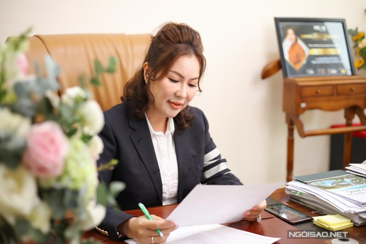 Doanh nhân Nguyễn Ngọc Tiền là tổng giám đốc một công ty bất động sản, có nhiều dự án thành công tại Phú Quốc. Từ khi yêu nhau, cô đứng sau hỗ trợ, định hướng công việc cho chồng.