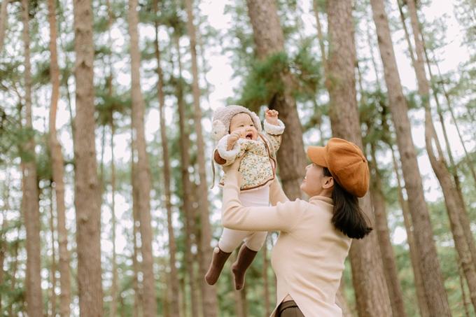 Mới tám tháng tuổi, bé Gạo đã rất hợp tác với ba mẹ trong các pô hình. Chia sẻ với Ngoisao.net, ca sĩ Linh Phi cho biết khí hậu se lạnh, không khí trong lành của thành phố sương mang lại cho gia đình cô cảm giác thoải mái và giúp cô thư giãn đầu óc, tránh stress sau nhiều tháng ngày