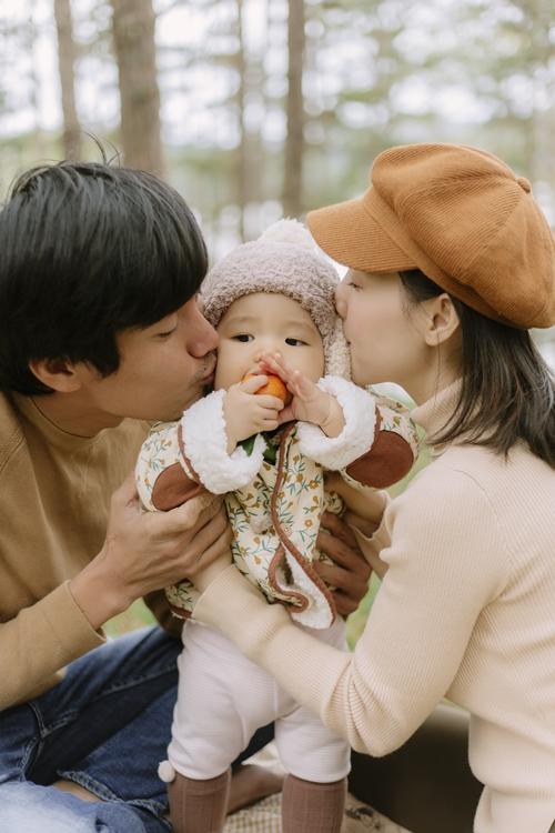 Bé Gạo được ba Tuấn và mẹ Phi cưng nựng.