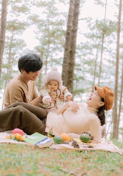 Ca sĩ Linh Phi muốn thường xuyên đưa con gái đi chơi xa, đến gần thiên nhiên để giúp bé hoạt bát, dạn dĩ và không sợ người lạ.