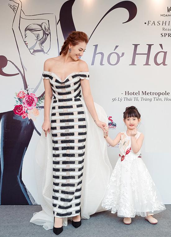 Người mẫu Hồng Quế cũng diện thiết kế vai trần, rạng rỡ xuất hiện bên con gái Cherry. Con gái của Hồng Quế được tiếp xúc với sàn diễn từ nhỏ nên rất dạn dĩ trước ống kính truyền thông.