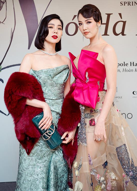 Á hậu Thụy Vân cũng bất chấp cái lạnh 13 độ C của Hà Nội khi diện đầm gợi cảm giống đàn chị. Hai người đẹp cùng chọn phong cách cổ điển khi đọ sắc.