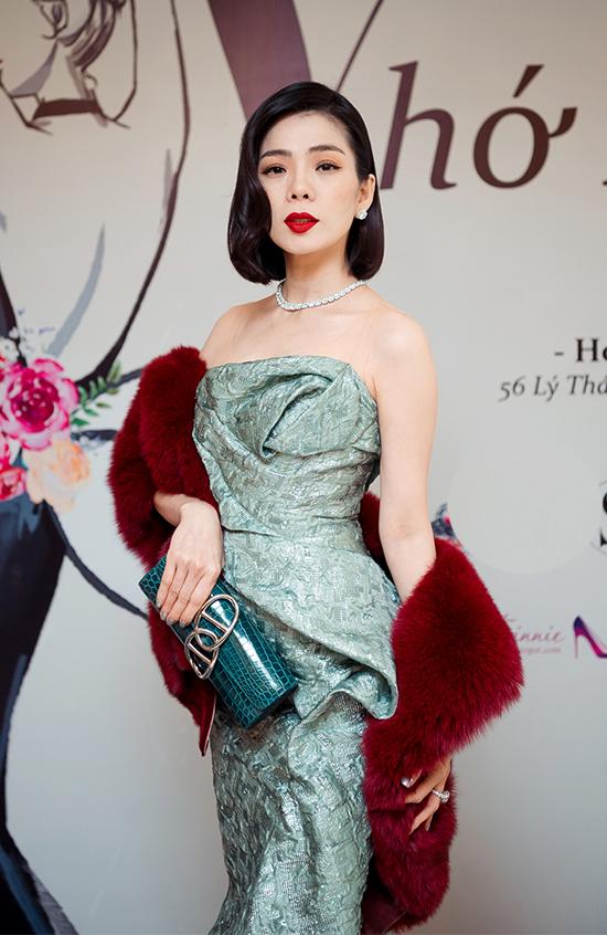 Ca sĩ Lệ Quyên kết hợp bộ váy đuôi cá lộng lẫy với trang sức kim cương, khăn choàng lông và clutch hàng hiệu để hoàn thiện vẻ ngoài khi xuất hiện tại thảm đỏ.