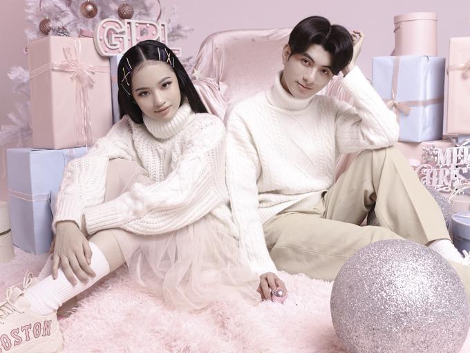 Mẫu nhí chụp ảnh cùng nhà thiết kế Nguyễn Minh Công - tác giả sưu tập váy áo pastel gam hồng cho mùa Noel 2020. Bộ ảnh do chuyên gia trang điểm Lâm nguyễn và Nina nguyễn hỗ trợ thực hiện.