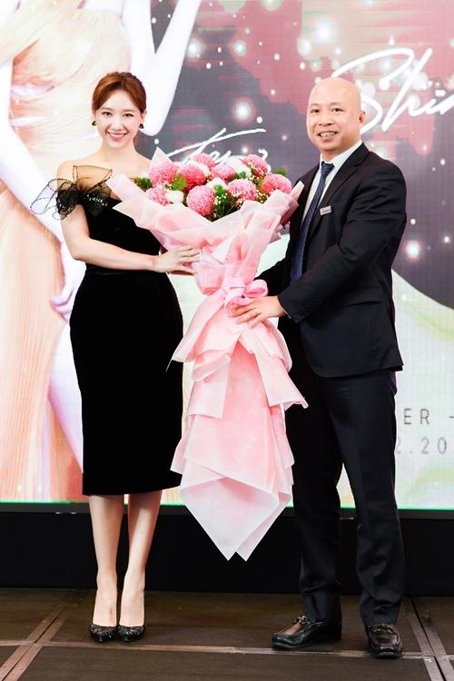 Tại sự kiện, bà xã của MC Trấn Thành đón nhận vai trò giám đốc thương hiệu của doanh nghiệp này. Trước đó, cô đã đồng hành cùng nhãn hàng một năm trong tư cách đại sứ thương hiệu.