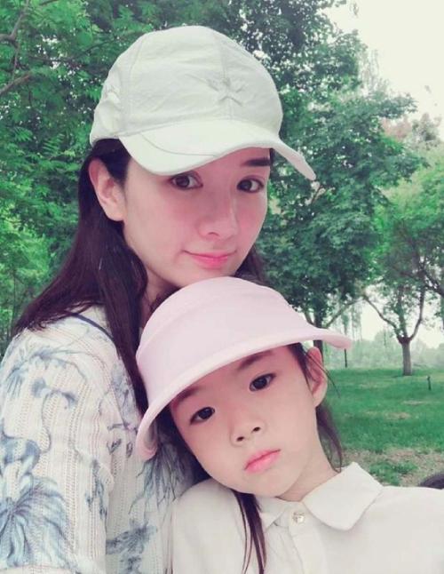 Huỳnh Dịch và con gái.